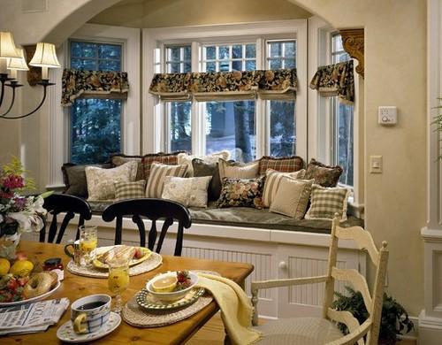 Окно с эркером в интерьере гостиной-столовой
