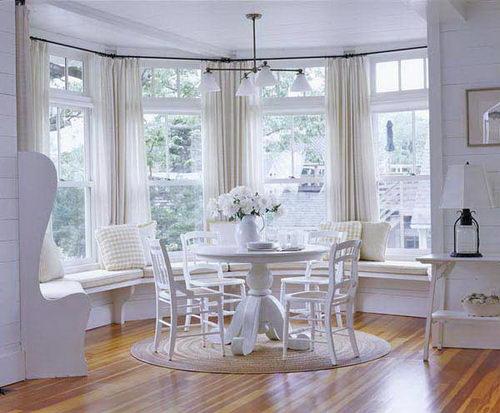 Обеденный стол и стулья в эркер