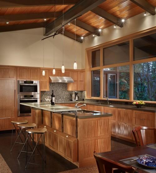 Интерьер коричневой кухни из дерева