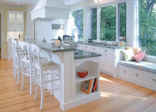 Окно с эркером в интерьере кухни
