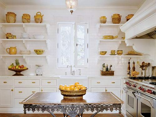 Навесные полки в интерьере кухни