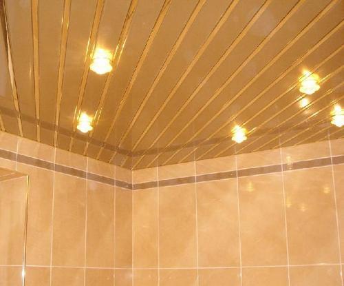 ...однако наилучшим вариантом все же будет обустройство натяжного потолка в ванной из пластиковых панелей.