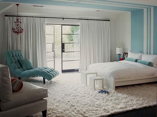 Сочетание белого и голубого цвета в интерьере спальни