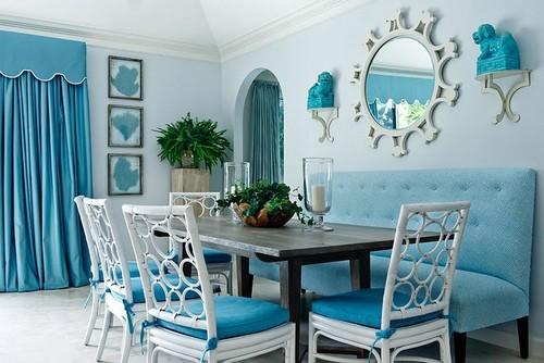 Интерьер столовой в сочетании белого и насыщенно-голубого цвета