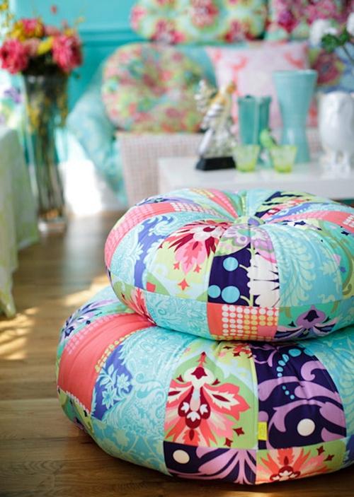 Декоративные подушки в стиле пэчворк в интерьере