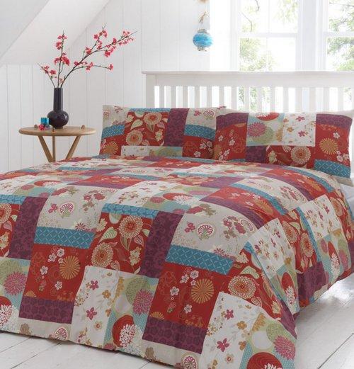 Одеяло и подушки в стиле пэчворк в интерьере спальни
