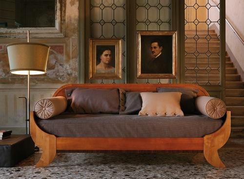 Декоративные подушки-валики на диване-кровати Biedermeier, производство фабрики Morelato