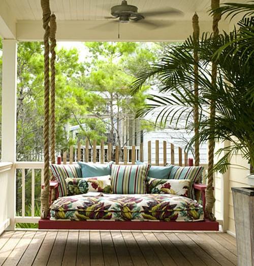Подвесная кровать в интерьере загородного дома