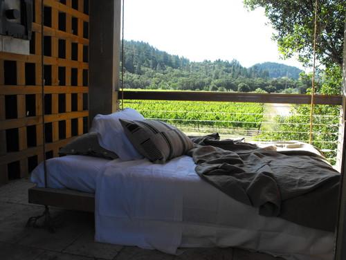 Подвесная кровать на террасе