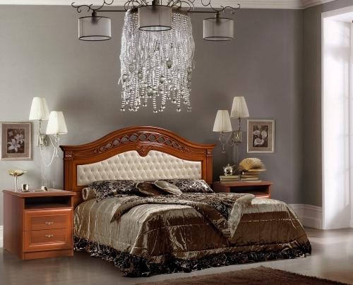 Кровать с резными вставками на изголовье