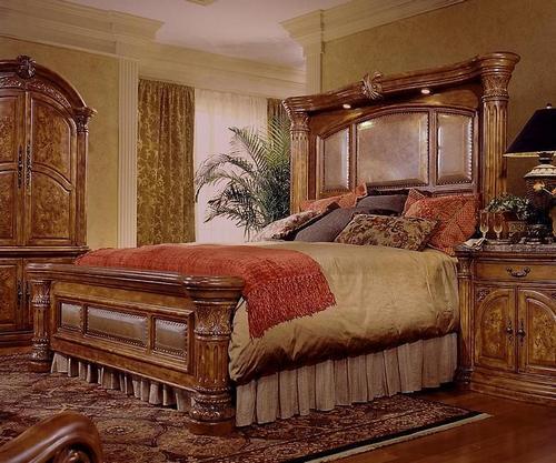 Резная кровать из дерева в интерьере спальни