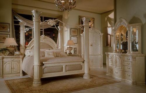 Резная мебель из дерева в интерьере спальни