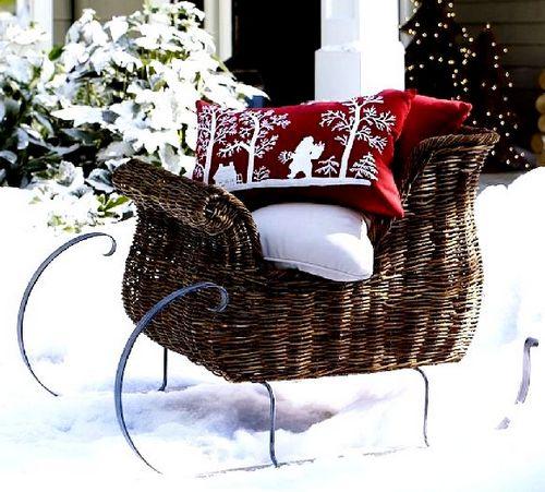 Декоративное украшение участка к Новому году - сани Деда Мороза