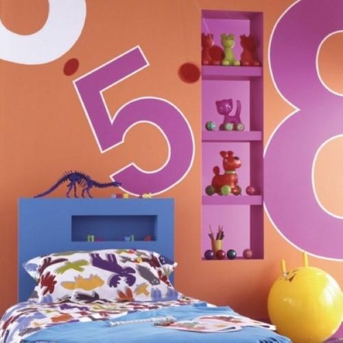 Полки в нишах над детской кроватью