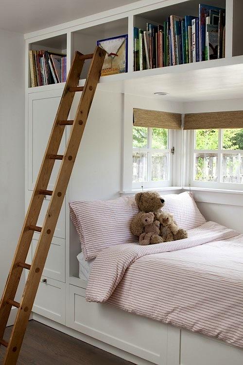 Встроенная кровать с полками
