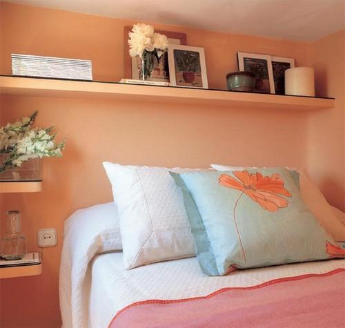 Полка над кроватью в спальне фото