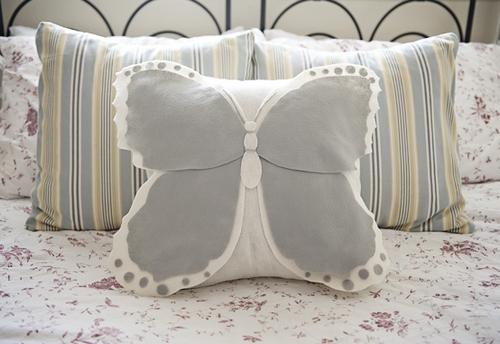 Декоративная подушка в форме бабочки