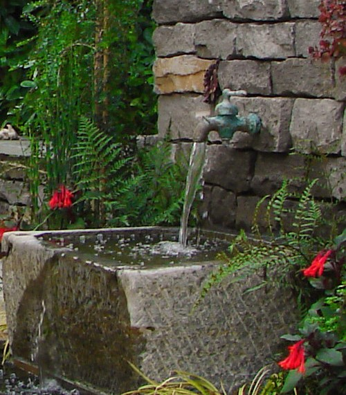Садовые фонтаны из камня