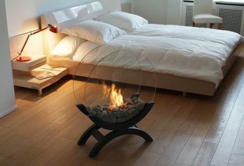 Камин на био топливе в интерьере спальни