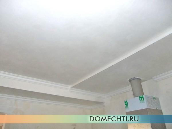 оформление потолка багетом