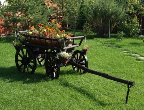 Телега с цветами в дизайне садового участка