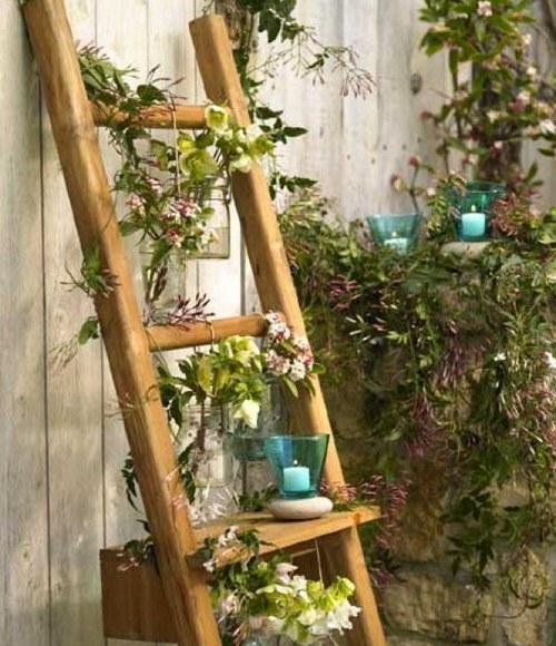 Деревянная лестница как подставка для цветов фото