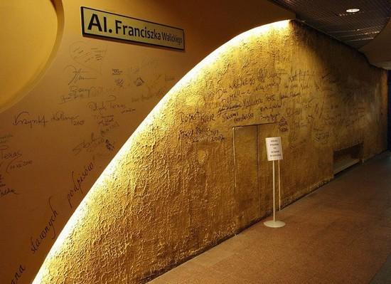 Стена славы в кривом доме Сопота