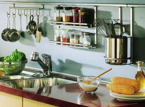 Специи для похудения на кухонном рейлинге