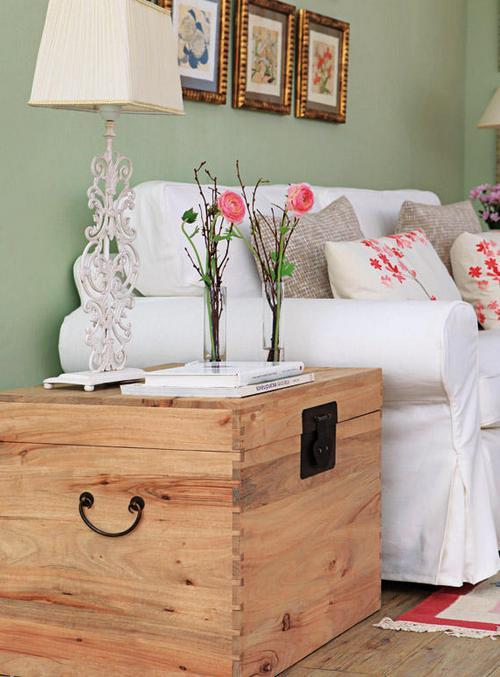 Деревянный сундук в интерьере спальни