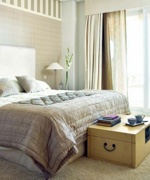Старый сундук в интерьере спальни