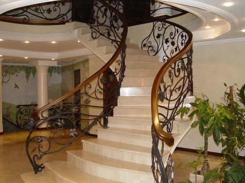 Красивая ковка, украсит и сделает индивидуальной любую лестницу.  Лестница может быть любой.