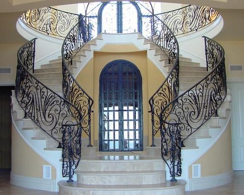Лестница с коваными перилами в дворцовом стиле
