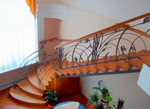 Лестница в доме с коваными перилами