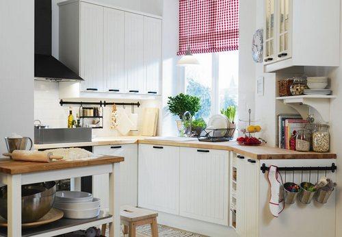 Рабочая зона кухни у окна