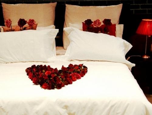 Украшение кровати цветами фото