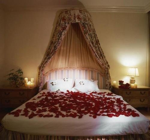 Украшение спальни лепестками роз