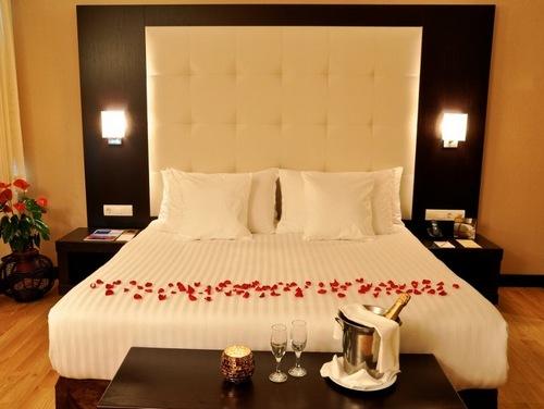 Лепестки роз на кровати фото