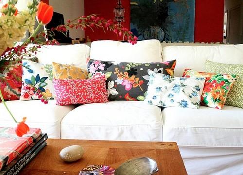 Декоративные подушки с цветочным принтом