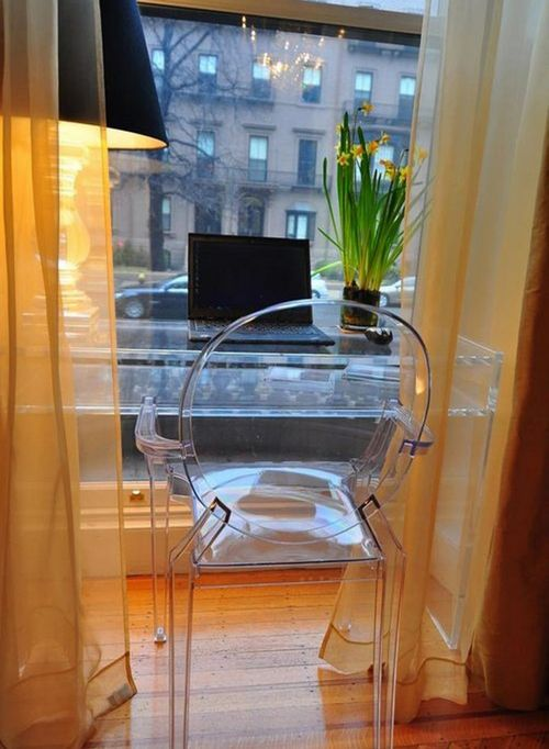 Рабочее место в квартире напротив окна