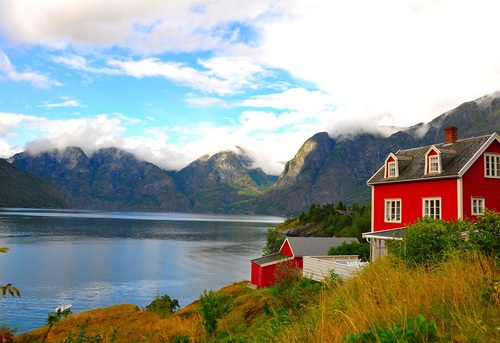 Дом у озера и гор фото