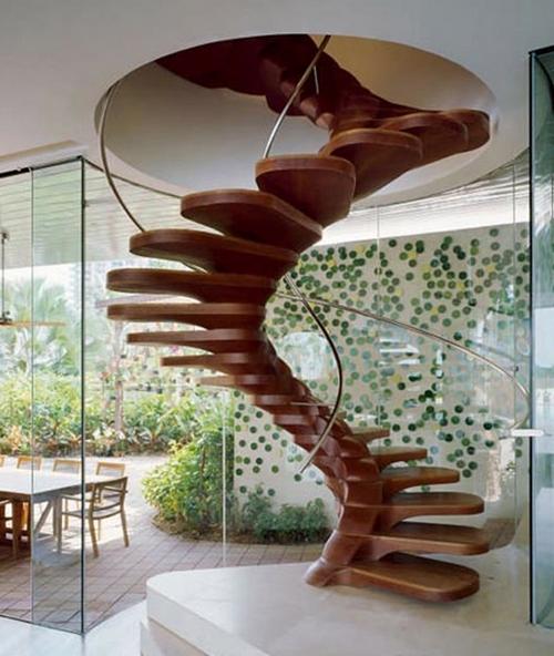 Оригинальная винтовая лестница в доме