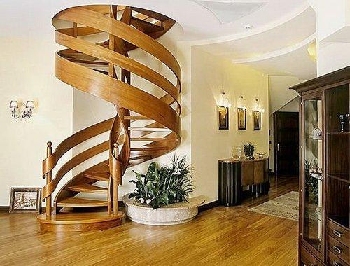 Изящная винтовая лестница из дерева