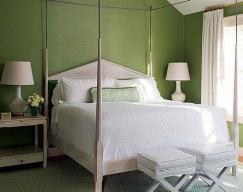 Белые шторы для зеленой спальни фото