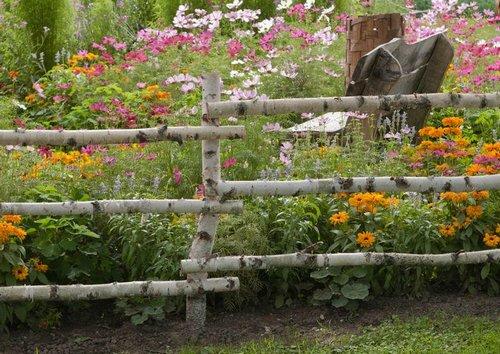 оформление сада в деревенском стиле