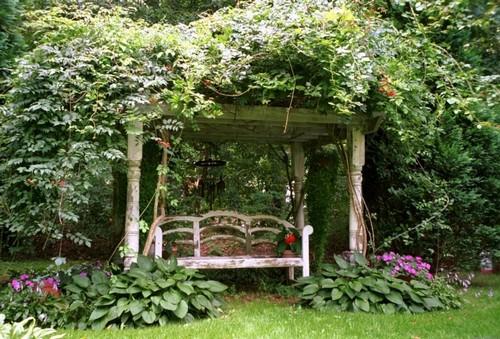 Пергола с качелей в саду