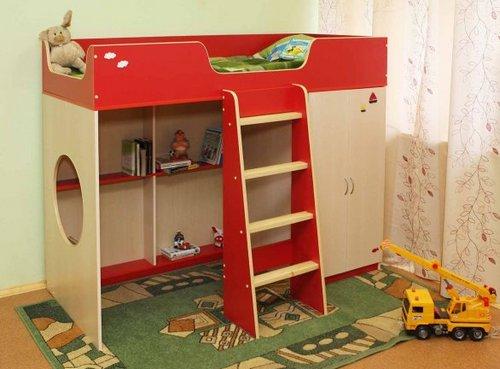 Кровать-чердак с полками для игрушек