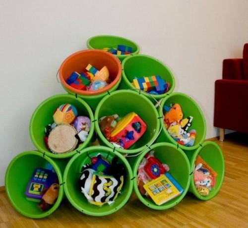 Идея хранения игрушек в пластиковых ведрах