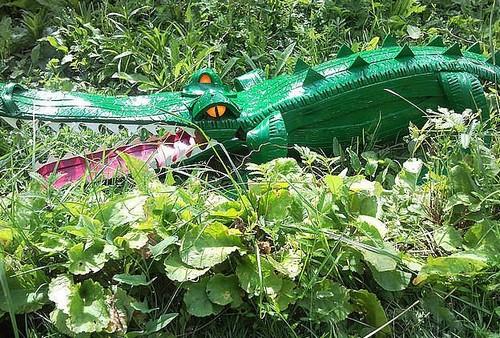 Крокодил из покрышки для украшения дачи