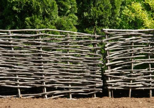 Забор из прутьев своими руками