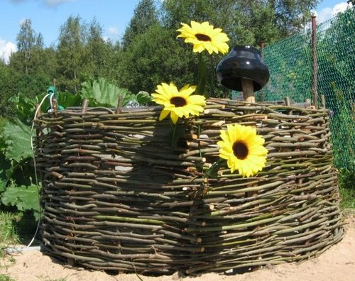 Как украсить плетеный забор